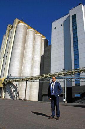 Björn Skogsberg, vd Swedish Agro, framför foderfabriken i Kalmar.