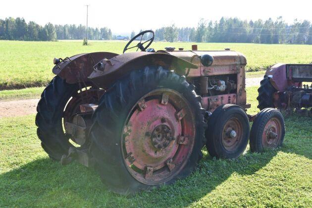 Volvo T33, en halvbandutrustad traktor från 1950-talet.