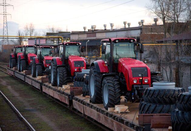 Nya Belarustraktorer lassas på frakttåg från fabriken i Minsk i mitten på februari 2020. Många av världens traktorfabriker kom strax därefter att pausa produktionen på grund av coronaviruset. I just fabriken i Minsk kom delar av arbetsstyrkan senare dessutom att gå ut i strejk efter landets omstridda presidentval.
