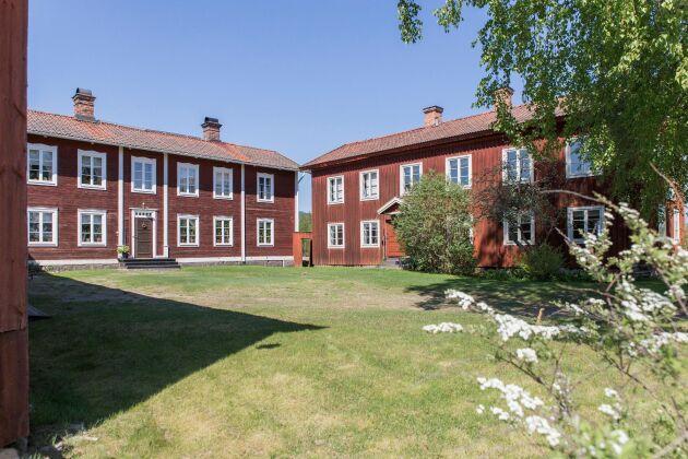 Gästgivars är en välbevarad gårdsmiljö med gamla anor och har en lång tradition som hemslöjdsgård.