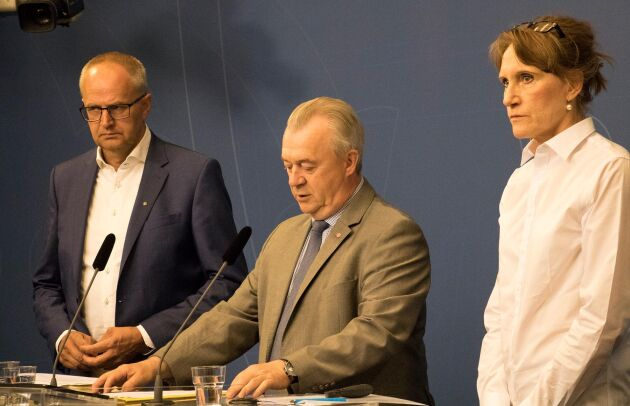 LRF:s Palle Borgström, landsbygdsminister Sven-Erik Bucht och Jordbruksverkets generaldirektör Christina Nordin på måndagens presskonferens.