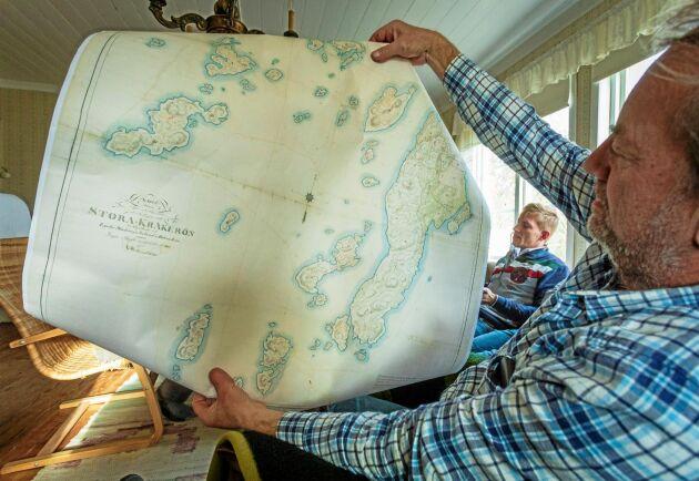 I början av 1800-talet kretsade livet på Kråkerön och den omgivande skärgården av sillfiske. Jan Jansson bor på fastlandet i Lycke och driver ett företag som gör plåt- och lackeringsarbeten på bilar.
