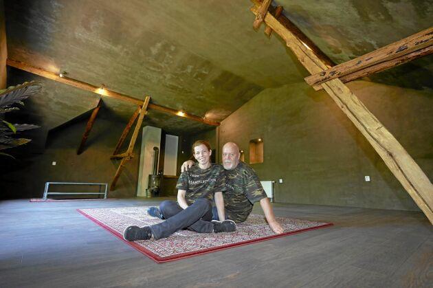 Robert och Jeanette i sin nybyggda övervåning som isolerats med hampa.