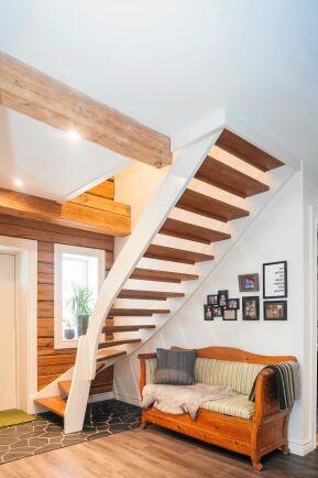Trappen till övervåningen är elegant svängd, men ska kompletteras med ett räcke.