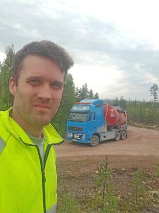 Pär Eriksson är en av alla frivilliga bönder som är med och bekämpar de skogsbränder som rasar i ett 40-tal områden runt om i Sverige.