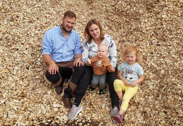 Ola Petersson med hustru Amanda Petersson och barnen Axel, 1 år och Vilda, 3 år. Amanda Petersson är bland annat administrativt ansvarig på Falan Skog.