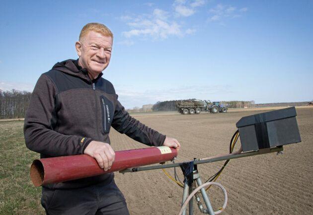 Göran Frisk skrämde iväg de hungriga tranorna med en kraftfull gasolkanon.