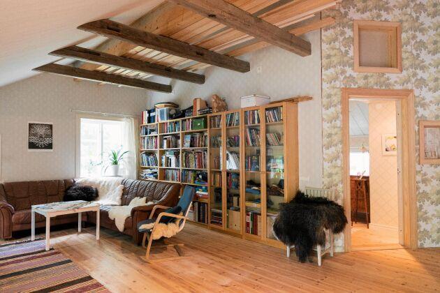 Allrummet på övervåningen har utformats som ett timmerloft men bjälkarna är enbart för syns skull. Konstruktionen är självbärande.