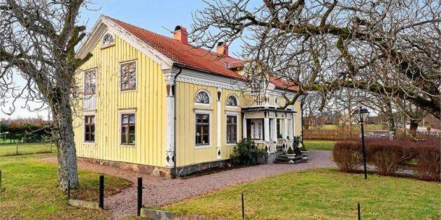 Vilket drömhem! Varsamt renoverat lantligt timmerhus till salu