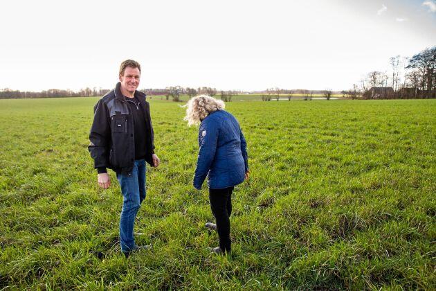 Bengt och Jeanette Sjöland har olika ansvarsområden, men de hjälps åt i allt på gården.