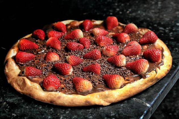 Toppa dessertpizzan med dina söta favorittillbehör – till exempel hemmagjort Nutella!
