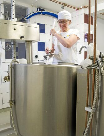 Jaana Alamäki Enström i Kalix Osts eget mejeri där hon främst tillverkar getost.
