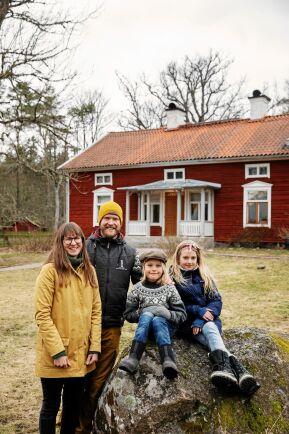 Karin och Christofer är glada över att Gunnar och Greta får växa upp nära skog och natur.