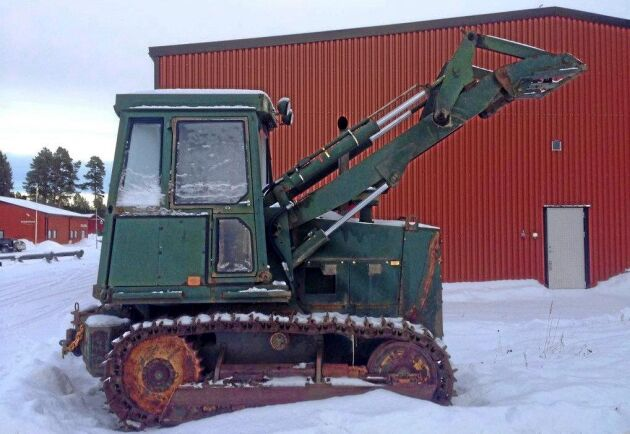 En Case 1150-bandtraktor återfinns bland auktionsföremålen med militärkoppling.
