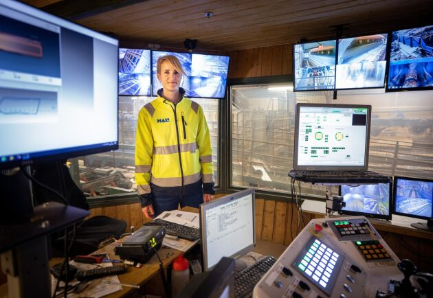 Kari Andersson i såghytten, kontrollrummet för såglinjen.
