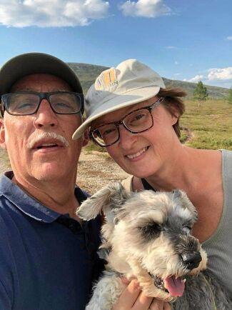 Annika och sambon Roger fjällvandrar gärna runt Grövelsjön i Idre och hunden Winston hänger piggt med på rutten sin 14 år till trots.