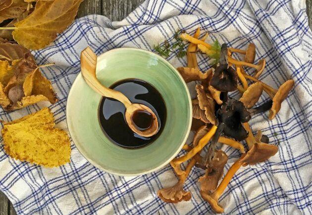 Socker, salt, svamp, kryddor och vin. Resultatet blir en svampsås med massor av umamismak.