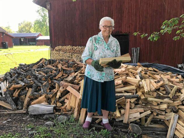 Att stapla ved är vardagssyssla för 89-åriga Märta och något hon har gjort i hela sitt liv.