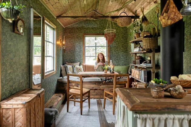 Kökssoffa, bord och hylla, är platsbyggda av Paula och hennes pappa. Vadmalen har hon själv vävt och växtfärgat med krapprot och lökskal.