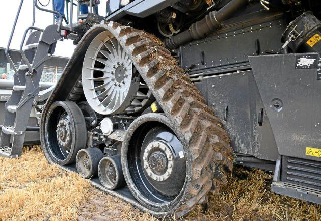Tröskan kan utrustas antingen med hjul eller band med tre olika bredder.