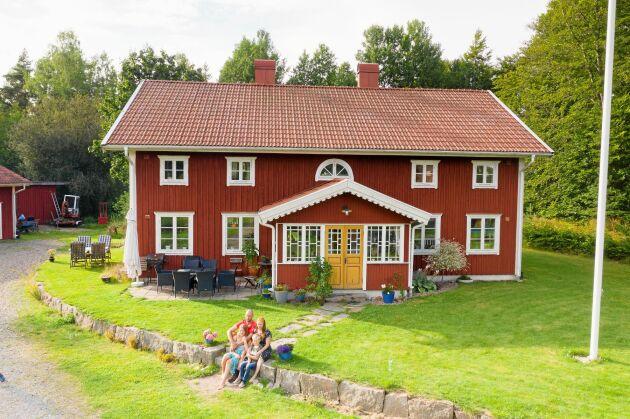 Huset smälter in väl i den småländska by Lidhult, byggt med inspiration.
