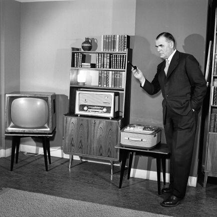 All den senaste elektroniken är på plats i vardagsrummet. Tv, en rejäl radio och rullbandspelare. (1950-tal)