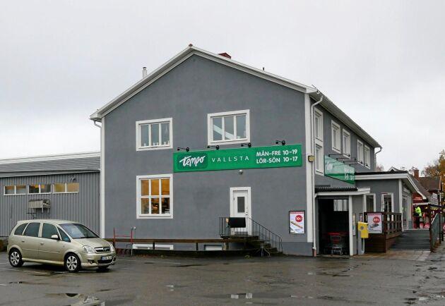 Vallsta skogsmaskiner äger även ortens matvaruaffär...