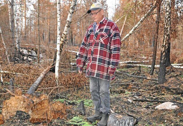 Jan Oscarsson mår bra av att vara i naturen, men i den branddrabbade delen av skogen vill han helst inte vistas.