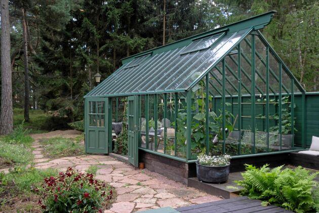Mycket plats i växthus i Attefallsstorlek.
