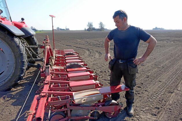 Johan Knutsson tycker att sockerbetor är en intressant gröda, så länge den ger minst lika bra avkastning som spannmål.