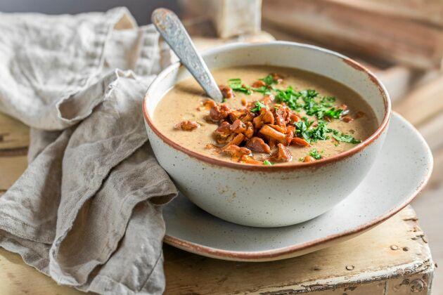 Soppan kan gärna toppas med några smörstekta kantareller innan servering.