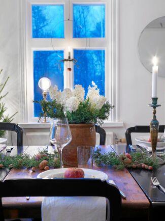 Till en riktigt fin juldukning räcker det ofta bra att duka med det som redan finns hemma.