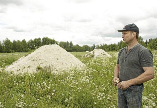 UPPTÄCKTE SLAMGÖDSLINGEN. Mikael Karlsson och hans bror Lars arrenderar ut mjölkgården och upptäckte nyligen att det som de trott vara kalk i verkligheten var en blandning med avloppsslam. Blandningen har i strid med gällande regler spridits på vallarna i flera år.