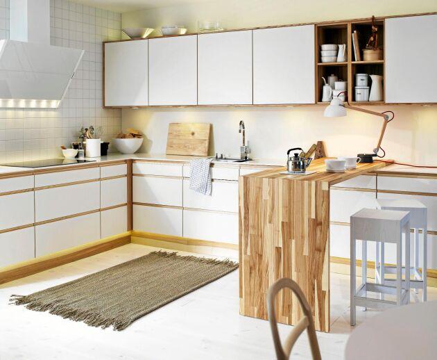 BROBYGGARE. Det är inte en köksö, mer en brygga eller bro. Lösningen från Vedum innebär att en lös L-formad träskivebrygga ligger på köksbänken.
