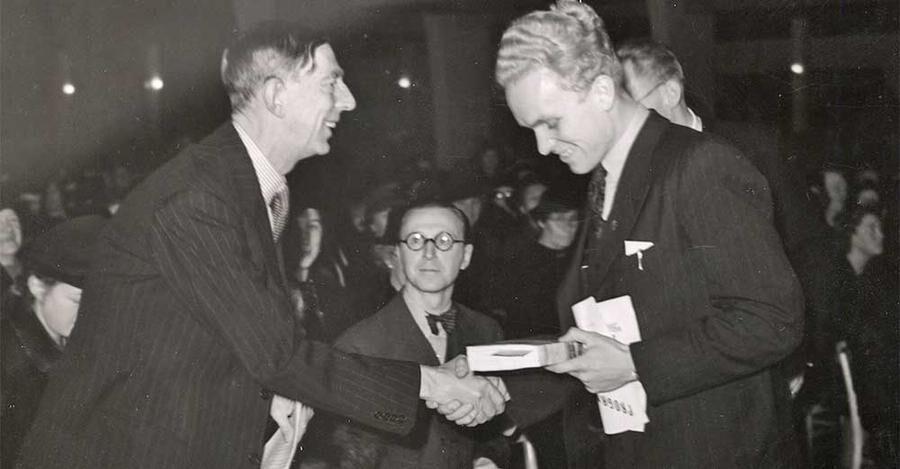 Prins Wilhelm delar ut sin bok Fritt land till en pristagare i lotteriet på Bokens dag i Malmö 1941. Foto: IBL/Otto Ohm