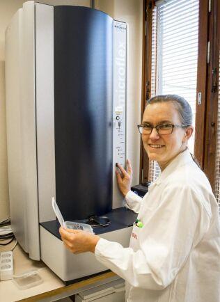 Dyr maskin. Anna Eriksson, laboratorieingenjör, tar hand om analysen med Maldi-Tof. Apparaten kostar över en miljon kronor.