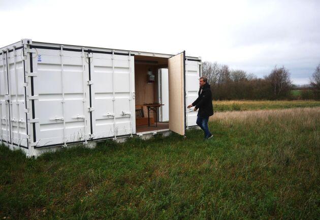 På fältet står en stor container som ska inredas för att bli ett besöksmål för turister. Det ska bland annat finnas smakprovningar där lakrits använts som smaksättning i olika maträtter.