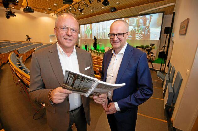 Anders Källström och Palle Borgström inväntar stämmodeltagarna.
