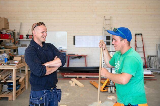 """Johannes Jansson och en av hans anställda, Robin Nylund, t.h. """"Jag har jobbat här i tre år nu och trivs med att jobba så varierat som vi gör"""", säger Robin."""