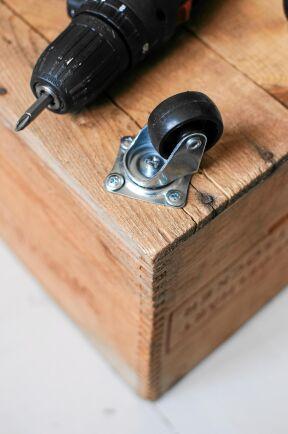 En gammal sockerlåda kan vara lite skör. Glöm inte att det går att förstärka den genom att limma och skruva fast trä inuti.