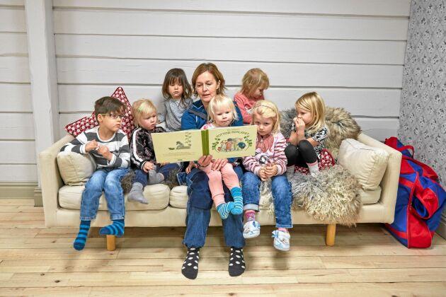 Sagostund. Pedagogen Maria Fredriksson läser Kottens hemlighet för barnen.