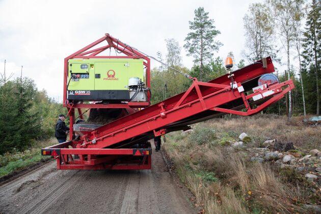 Transportbandet som lastar av det bortsorterade materialet är svängbart 180 grader. Det går också att stoppa när maskinen passerar infarter, brevlådor och annat.