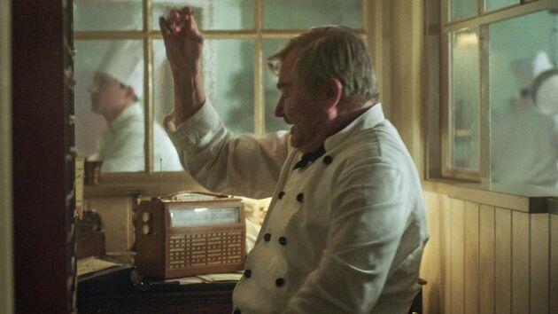 Köksmästare Backe jublar över Jernbergs guld i skidåkning.