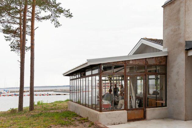 Numera finns denna glasveranda i tallskogen nära havet, där mormor hade sin stuga.