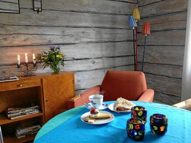 På somrarna öppnar de sitt populära fjällfik Café Své i en timrad stuga med hembakt och retromöbler.