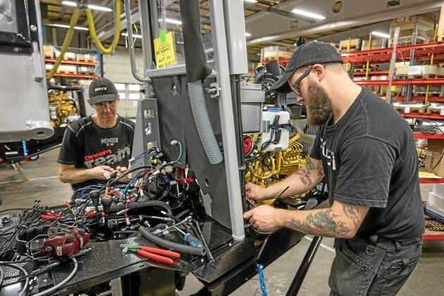Sören Norgren och Kaj Fjällström monterar en skördare på Vimek. Montörerna bygger hela maskinen, allt från el till mekanik.