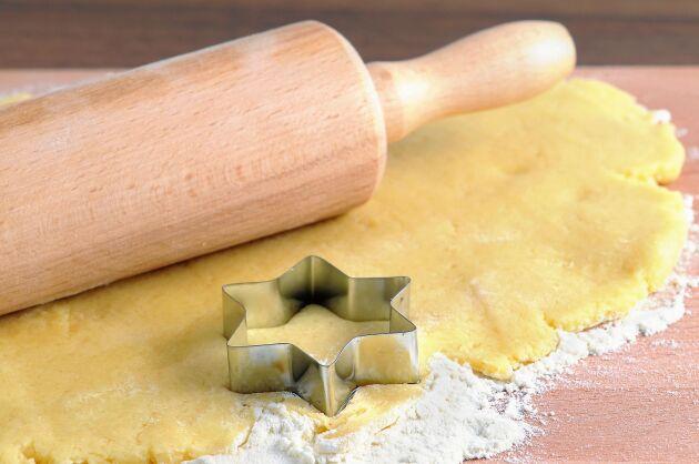 Mördegen innehåller bara fyra ingredienser: Mjöl, socker, vaniljsocker och smör.