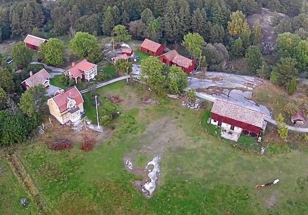 På Ingmarsö finns 180 bofasta, en förskola, affär och krog.