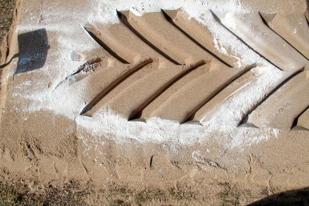 Understödsytan under ett däck är området innanför den vita kritcirkeln. Ju större understödsyta desto lägre marktryck så länge däcklasten är oförändrad. Marktrycket under däcket är lite större än lufttrycket i däcket.