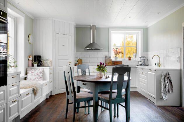 Det nyrenoverade köket är ljus och luftigt, målat i vitt och med stora fönster.